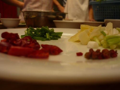 The ingredients (from bottom right, clockwise): sichuan peppers, dried chilis, green onion, ginger, garlic